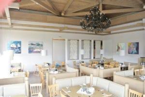 Blick in den ROBINSON Club Ampflwang Restaurant I mit den Bildern von Diana Linsse an den Wänden