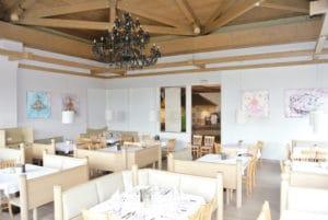Blick in den ROBINSON Club Ampflwang Restaurant III mit den Bildern von Diana Linsse an den Wänden